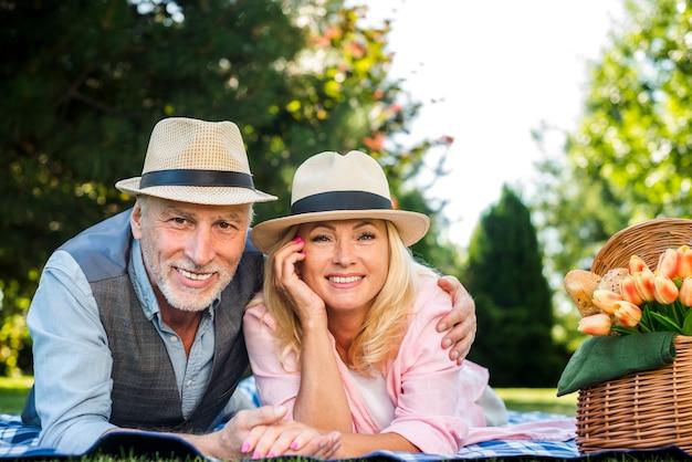 Couple de personnes âgées souriant pour la caméra Photo gratuit