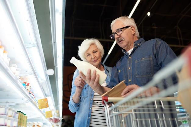 Couple De Personnes âgées En Supermarché Photo Premium
