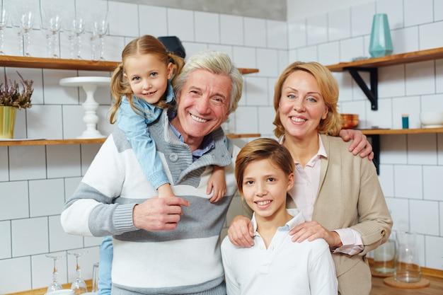 Couple avec petits-enfants Photo gratuit