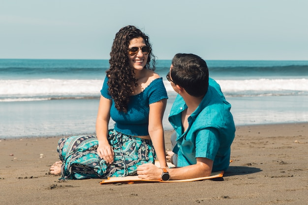 Couple sur la plage de la mer Photo gratuit