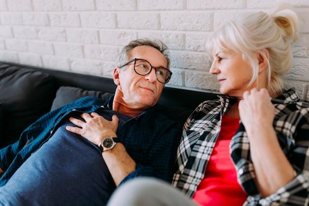 Couple Plus âgé Sur Le Canapé Dans La Maison De Retraite Photo gratuit