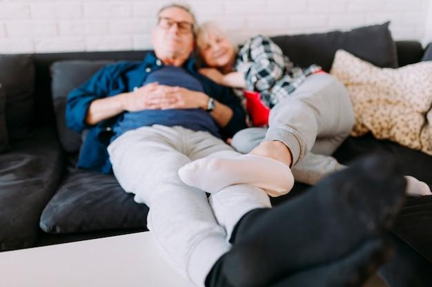 Couple Plus âgé En Train De Se Détendre Dans Une Maison De Retraite Photo gratuit