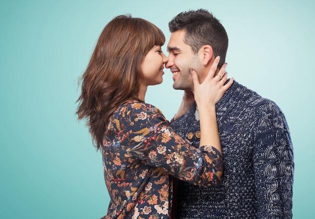 Couple sur le point d'embrasser Photo gratuit