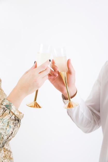 Couple portant un verre de champagne Photo gratuit