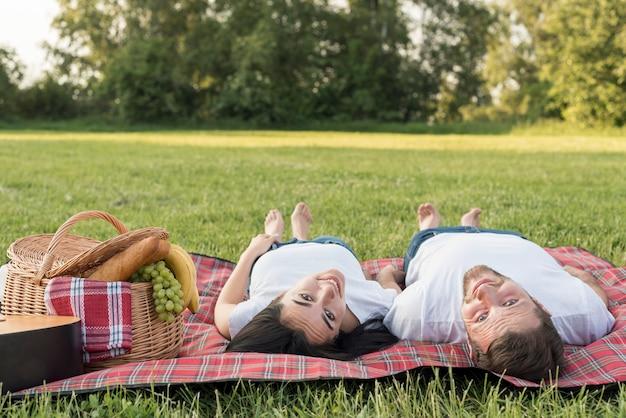 Couple, pose, pique-nique, couverture Photo gratuit