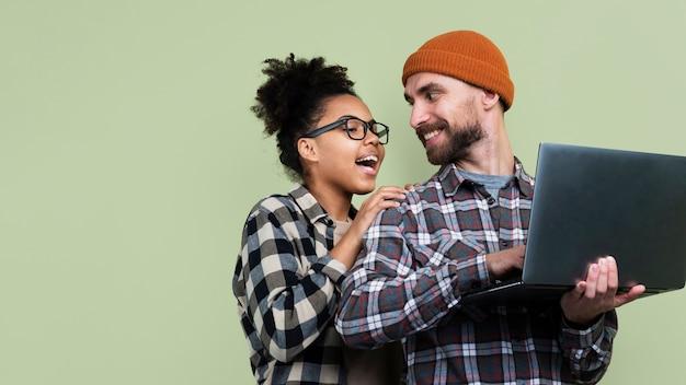 Couple, Poser, Tenir Ordinateur Portable Photo gratuit