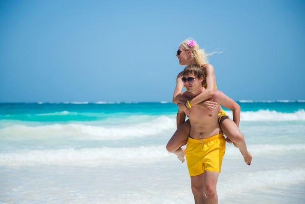 Couple Positif De Lunettes De Soleil Photo Premium