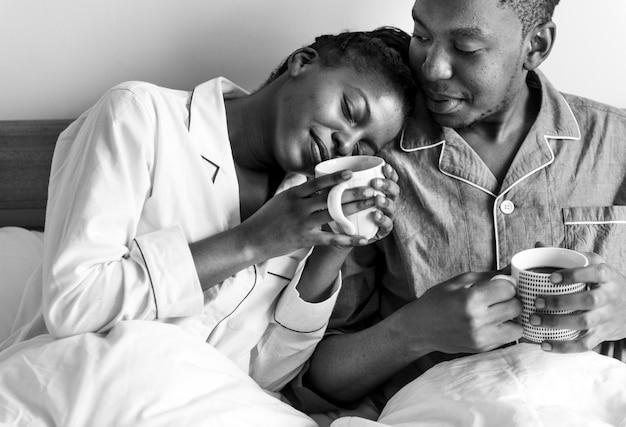Un couple prenant un café au lit Photo gratuit