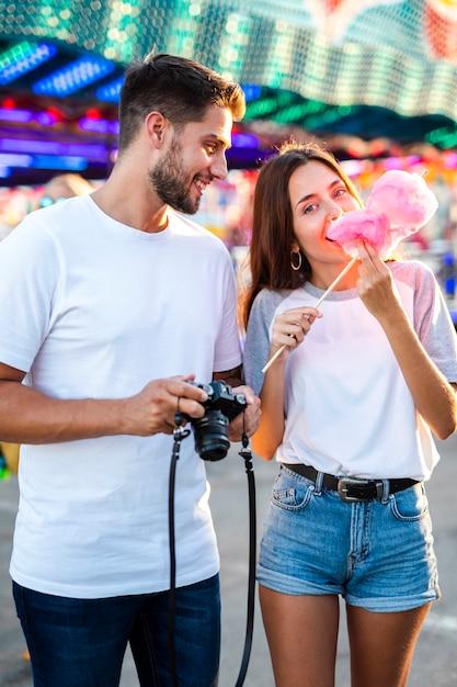 Couple Prenant Des Photos à La Foire Photo gratuit
