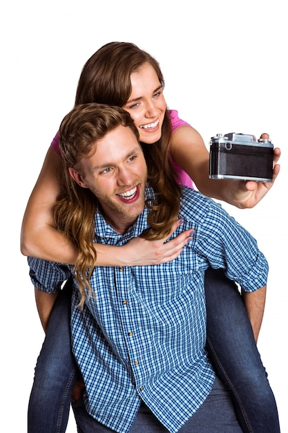 Couple prenant selfie avec appareil photo numérique Photo Premium
