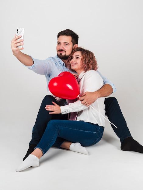 Couple Prenant Selfie Pour La Saint Valentin Photo gratuit