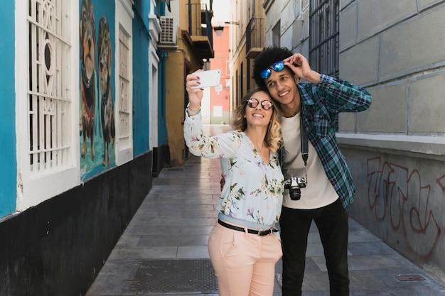 Couple De Prendre Une Selfie Dans La Ville Photo gratuit