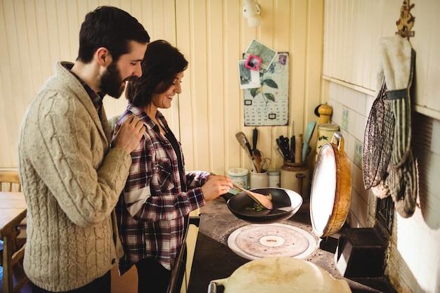 Couple préparant un repas ensemble dans la cuisine Photo gratuit