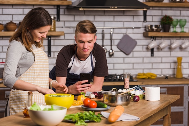 Couple prépare le dîner ensemble Photo gratuit