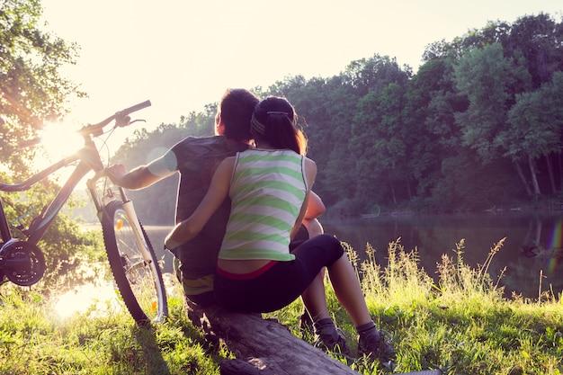 Couple près de la rivière à vélo Photo Premium