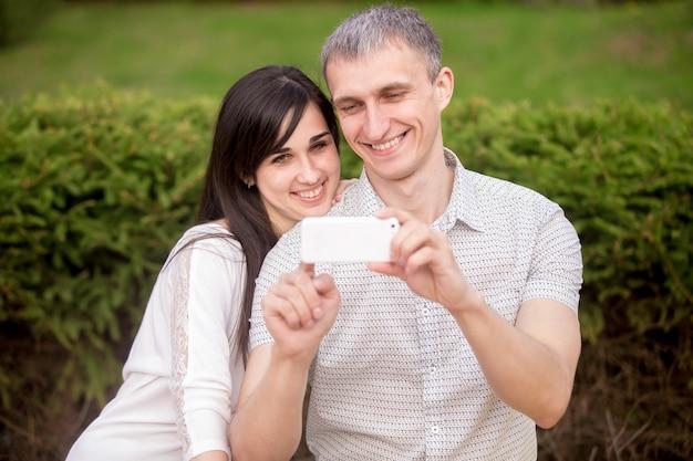 Couple, prise d'autoportrait avec téléphone Photo gratuit