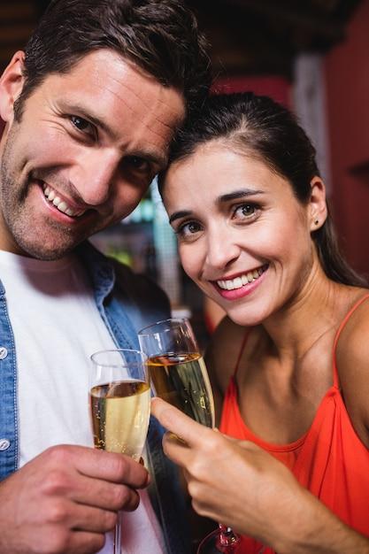 Couple profitant de champagne en boîte de nuit Photo Premium