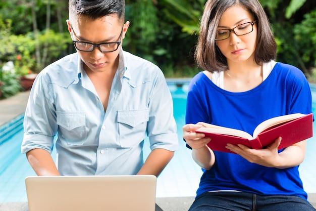 Couple prospère asiatique dans le jardin Photo Premium