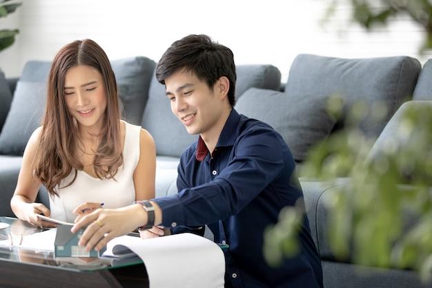 Un couple qui planifie des choses ensemble. Photo Premium