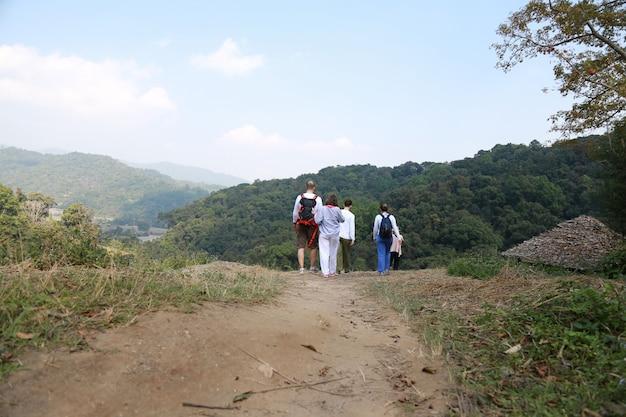 Couple en randonnée à chiang mai en thaïlande Photo Premium