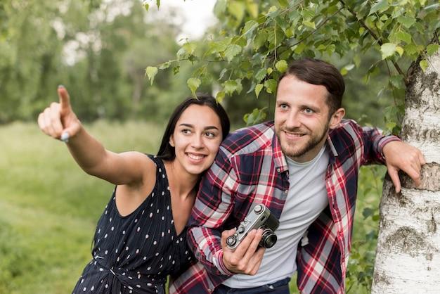 Couple à la recherche de bonnes photos au parc Photo gratuit