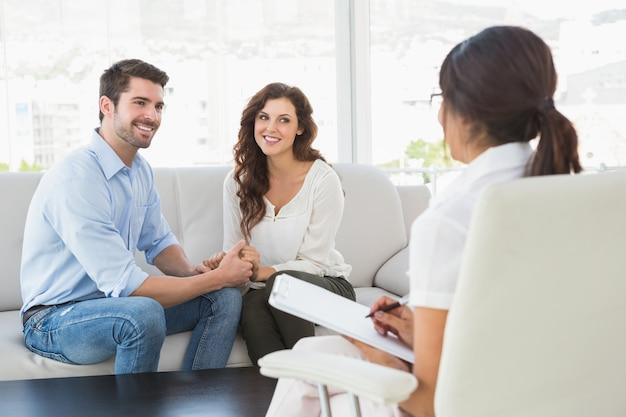 Couple réconcilié en souriant les uns aux autres Photo Premium