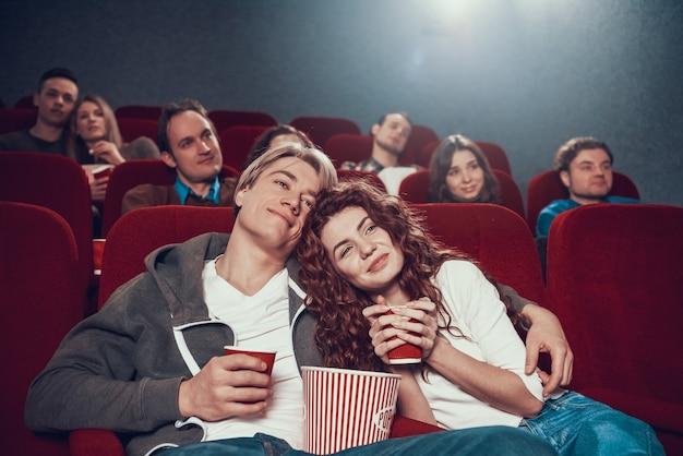 Un couple regarde un mélodrame au cinéma. Photo Premium