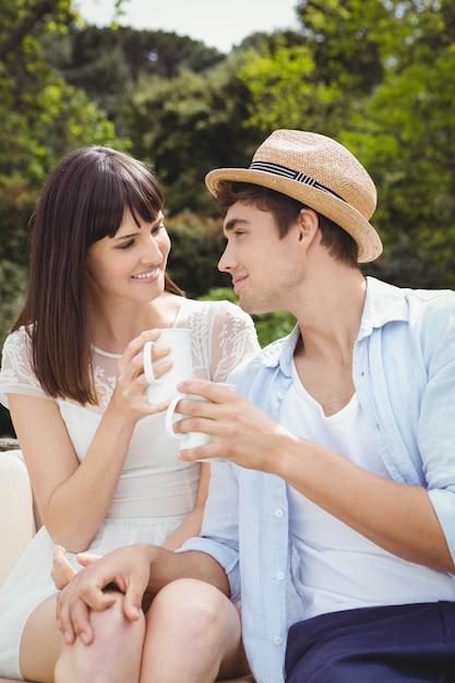 Couple, regarder, autre, tout, avoir, café, dehors Photo Premium