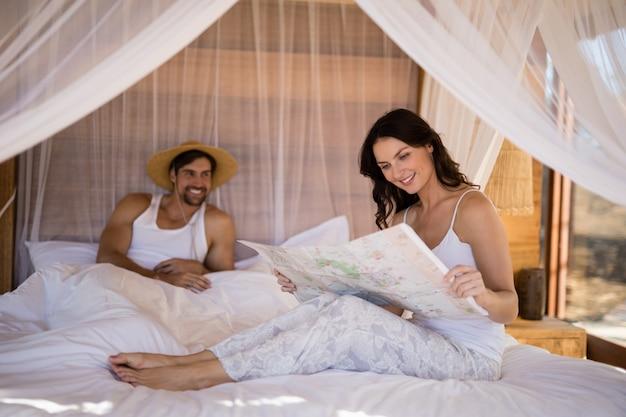 Couple, regarder, carte, dans, chalet Photo gratuit