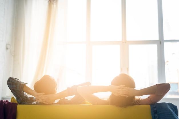 Couple, Regarder, Par, Fenêtre Photo Premium