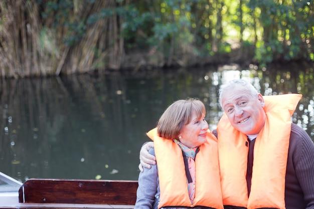 Couple De Retraités Amusant Sur Un Bateau Photo gratuit