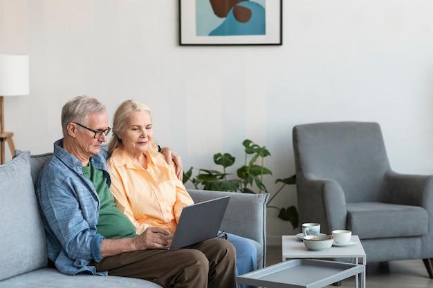 Couple De Retraités à Coup Moyen Avec Ordinateur Portable Photo gratuit