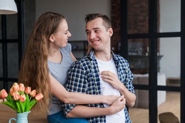 Couple romantique au repos sur la table et câlins Photo gratuit
