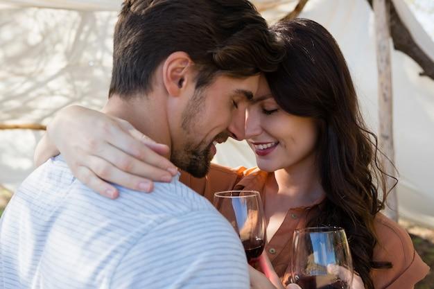 Couple romantique ayant du vin Photo gratuit