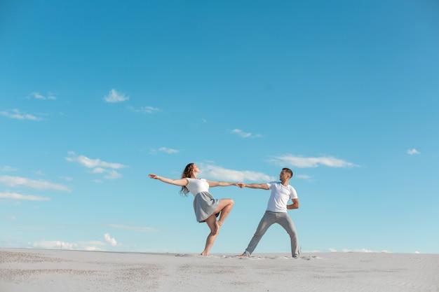 Couple Romantique, Danse, Sable, Désert, à, Ciel Bleu Photo Premium