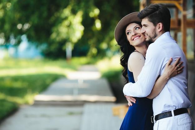 Ljubav i romantika u slici  - Page 9 Couple-romantique-embrassant-exterieur_1153-876