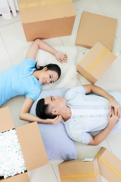 Couple Romantique Parmi Les Boîtes Au Sol Photo gratuit
