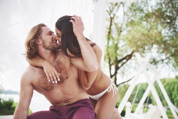 Un Couple Romantique Sur La Plage En Maillot De Bain, De Beaux Jeunes Sexy. Photo gratuit