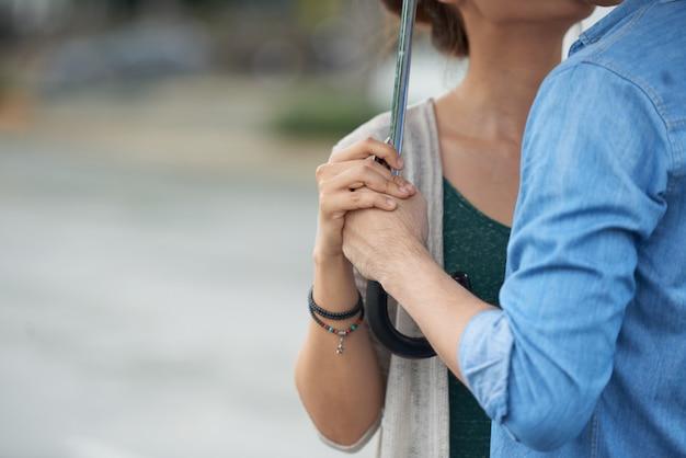 Couple romantique sous un parapluie Photo gratuit