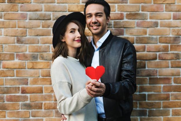 Couple romantique tenant un coeur Photo Premium
