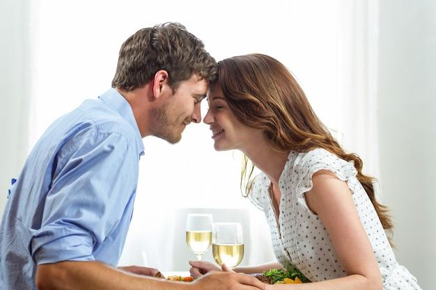 Couple romantique tenant des verres à vin Photo Premium