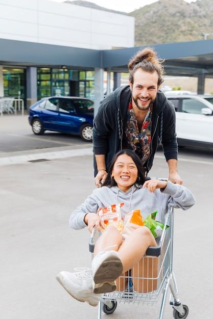 Couple s'amusant sur le parking Photo gratuit