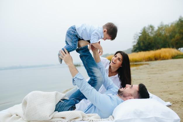 Couple s'amuser avec son fils Photo gratuit