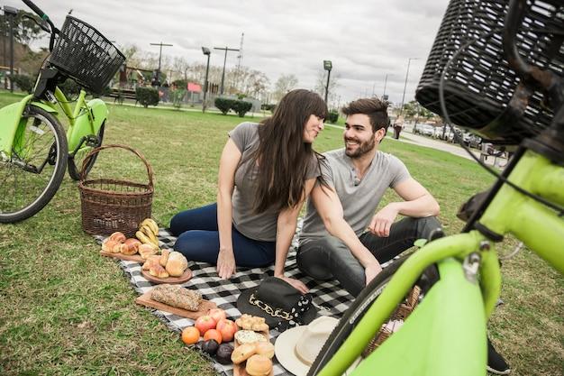 Couple, s'asseoir ensemble, dans parc, déguster Photo gratuit