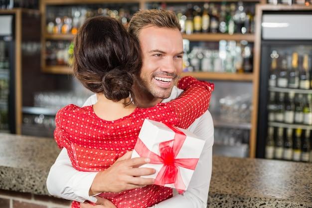 Un couple s'embrassant dans un bar Photo Premium