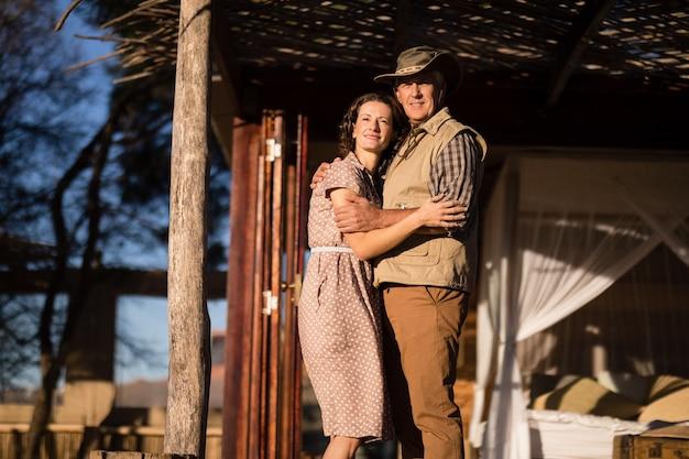 Couple S'embrassant Dans Un Chalet Pendant Les Vacances De Safari Photo gratuit