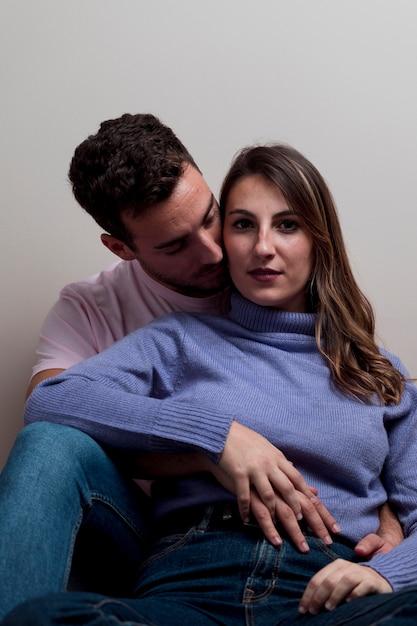 Couple s'embrassant et s'embrassant Photo gratuit