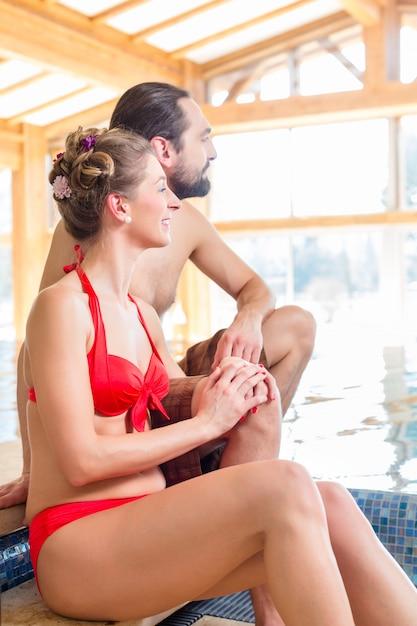 Couple Se Détendre Ensemble à La Piscine Bien-être Et Spa Photo Premium