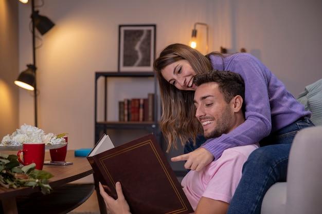 Couple se détendre à la maison dans le salon Photo gratuit