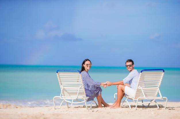 Couple se détendre sur une plage tropicale aux maldives Photo Premium